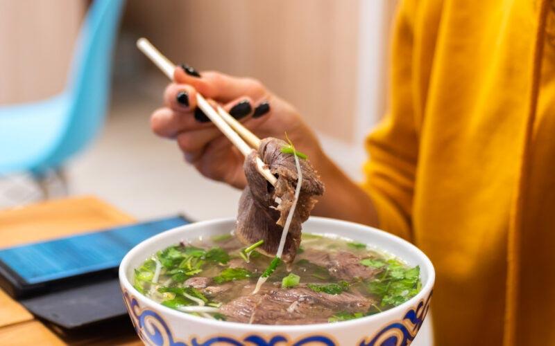 Готовим вьетнамский суп фо бо вместе с поваром кафе Food Hanoi © Я поел!