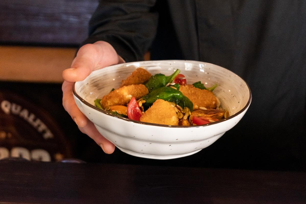 Рецепт салата с хурмой и сыром халумис от «Бар 93»